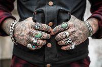 Wytatuowane dłonie mogą być problemem w karierze