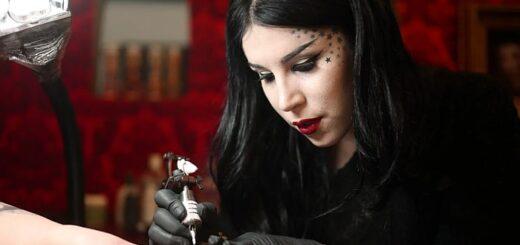 Kat Von D tatuuje klienta w swoim studio