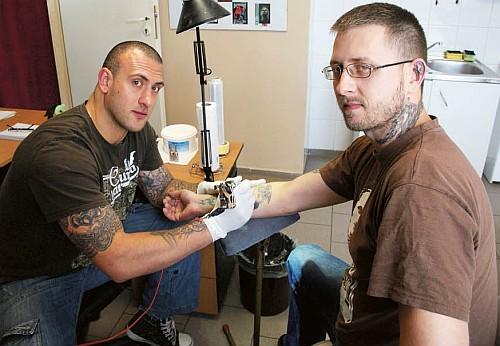 Marek Wilczyński oraz Grzegorz Bubak tworzą oryginalne wzory tatuaży. Codziennie do ich salonu ściągają ludzie z różnych stron świata.