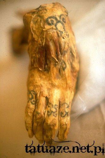 Wytatuowana ręka odnalezionej mumii